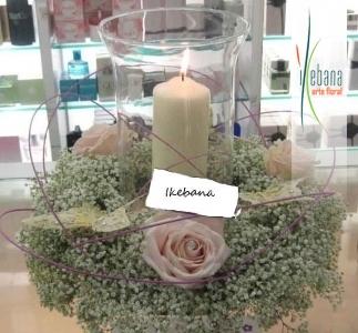 Centro con velas y flores